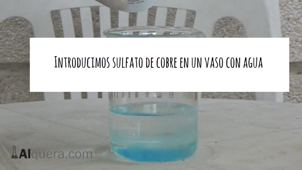Polvos de Sulfato de Cobre en un Vaso con Agua