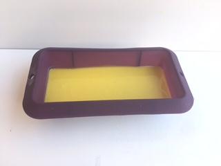 Poner jabón en el molde